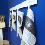 Projektkoordination - Verspielte Details im Form einer Messezeitungswand