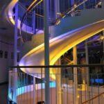 Vor-Ort-Betreuung: Ansicht Treppenhaus, mit atmosphärischer Beleuchtung
