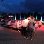 Eventplanung - Gesamtansicht Veranstaltungsort / Industrie-Hof mit Bestuhlung, Beleuchtung und Gästen