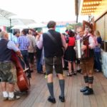 Kreissparkasse Augsburg: Ansicht bayerische 3-Mann-Band im Außenbereich