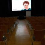Eventplanung - Tagungsraum mit LED-Leinwand und Bühne