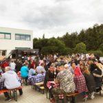 Eventorganisation: Außenansicht Location mit Gästen