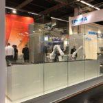 Umsetzung der neuen Messekonzeption - Glasumhausung um Roboter-Applikation