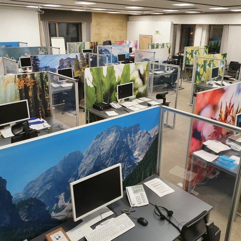 Trennwandelemente mit frischen Bildmotiven im Corona Tracing Center